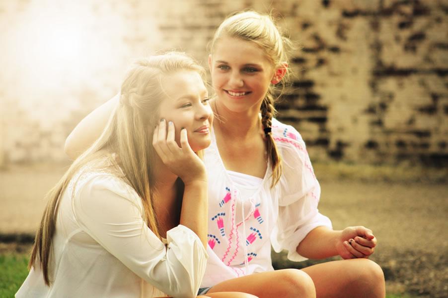 2 meiden schoolplein samen