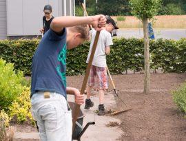 Praktijk gericht leren. leerlingen zijn in de tuin aan het werk