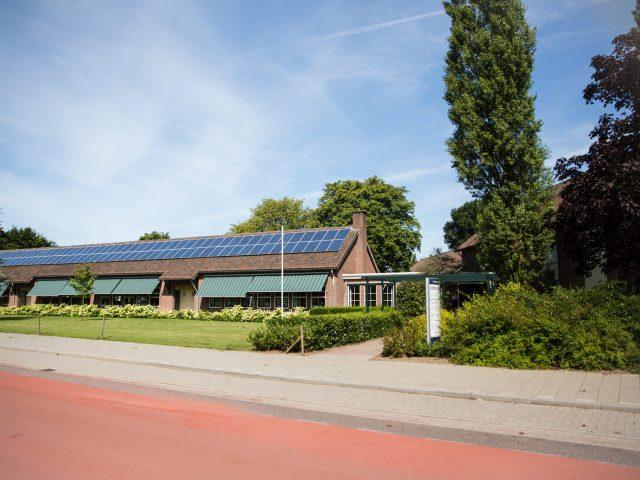 schoolgebouw zomer panelen